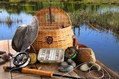 Traditionelles fly-fishing Gestänge mit Ausrüstung Lizenzfreie Stockfotos
