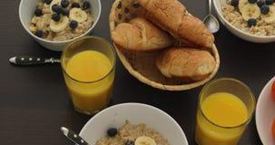 Traditionelles Frühstück auf weißer Tabelle stock video