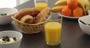 Traditionelles Frühstück auf weißer Tabelle stock video footage