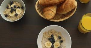 Traditionelles Frühstück auf weißer Tabelle stock footage