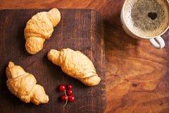 Traditionelles Frühstück mit Hörnchen und Kaffee Lizenzfreies Stockbild