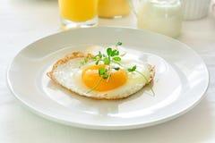Traditionelles Frühstück mit Spiegelei, Jogurt, selbst gemachten Muffins, Zitrusfruchtklumpen und Orangensaft Lizenzfreie Stockbilder