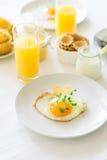 Traditionelles Frühstück mit Spiegelei, Jogurt, selbst gemachten Muffins, Zitrusfruchtklumpen und Orangensaft Lizenzfreie Stockfotografie