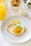 Traditionelles Frühstück mit Spiegelei, Jogurt, selbst gemachten Muffins, Zitrusfruchtklumpen und Orangensaft Lizenzfreies Stockfoto