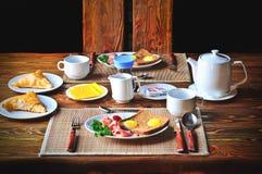 Traditionelles Frühstück stellte für zwei Personen auf dem Holztisch ein Stockfotos