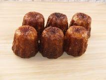 Traditionelles französisches Kuchen canelé stockfotos
