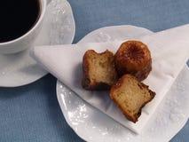 Traditionelles französisches Kuchen canelé mit Kaffee lizenzfreie stockbilder
