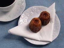 Traditionelles französisches Kuchen canelé mit Kaffee stockfotos