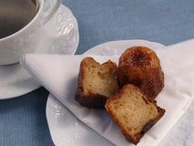 Traditionelles französisches Kuchen canelé mit Kaffee stockfotografie