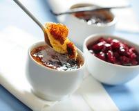 Traditionelles französisches Nachtischvanille-Creme brulle mit Kirschkonserven Stockfotos
