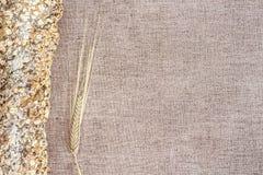 Traditionelles ganzes Brot und Weizenähre Stockfoto