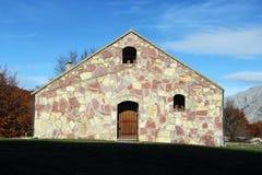 Traditionelles Gebirgshaus, Fassadensteinwand Stockfotografie