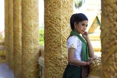 Traditionelles gekleidetes Mädchen im Tempel Stockfotografie