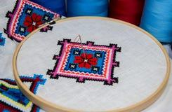 Traditionelles geometrisches Volksmuster stickte Kreuz auf einem Weiß Lizenzfreies Stockfoto