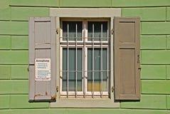 Traditionelles graues Fenster mit Grill Lizenzfreie Stockfotografie