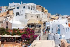 Traditionelles griechisches Dorf, errichtet auf vulkanischen Felsen an Oia-Stadt lizenzfreie stockbilder