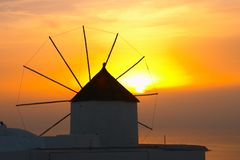 Traditionelles griechisches Dorf, Oia, Santorini, Sonnenuntergang mit winmill lizenzfreie stockfotografie