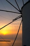 Traditionelles griechisches Dorf, Oia, Santorini, Sonnenuntergang mit winmill stockbild