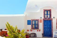 Traditionelles griechisches Haus mit blauer Tür und Fenstern, Santorini Lizenzfreie Stockfotos