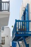 Traditionelles griechisches Haus und Terrasse Stockfotos