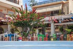 Traditionelles griechisches Restaurant mit Sommerterrasse lizenzfreies stockbild