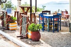 Traditionelles griechisches taverna, verziert mit Menü auf hölzerner Platte Stockfoto