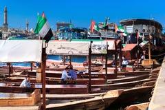 Traditionelles hölzernes arabisches Boot für Touristen auf dem Liegeplatz im Hafen von Deira Stockfotografie