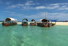 Traditionelles hölzernes Boot im Meer mit Türkiswasser, Gefängnis stockfotos