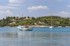 Traditionelles hölzernes Boot und modernes Segelboot in Griechenland Stockfotografie