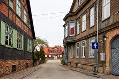 Traditionelles hölzernes Gebäude bringt Straße in Liepaja unter Stockbild