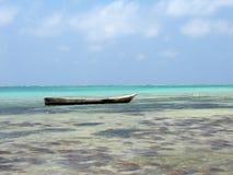 Traditionelles hölzernes gegrabenes heraus Kanu auf dem Wasser Lizenzfreie Stockfotografie
