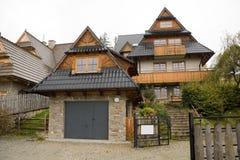 Traditionelles hölzernes Haus in den Bergen Stockbilder