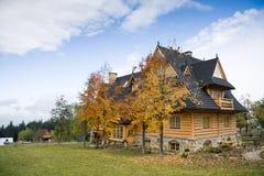 Traditionelles hölzernes Haus in den moutains Stockfotografie