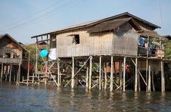 Traditionelles hölzernes Pfahlhaus auf dem See Inle Myanmar stockfotografie