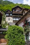 Traditionelles Haus auf der Alpenklippe lizenzfreies stockbild
