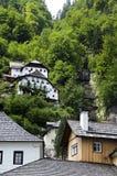 Traditionelles Haus auf der Alpenklippe lizenzfreies stockfoto