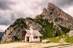 Traditionelles Haus im alpinen Tal am bewölkten Sommertag, die Dolomit-Berge, Italien Lizenzfreie Stockbilder