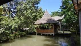 Traditionelles Haus, Java Indonesia Restaurant traditionell Fischteich lizenzfreies stockfoto