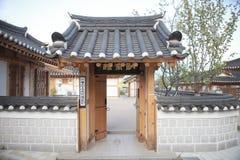 Traditionelles Haus Koreas, Zaun, Wand, Baum lizenzfreies stockfoto