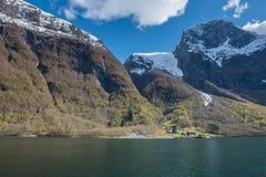Traditionelles Haus und Bergblick des Norwegen-Fjordausflugs Lizenzfreie Stockfotografie