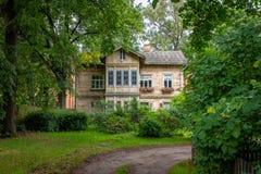 Traditionelles Holzhaus in einem alten Vorort von Riga stockfotografie