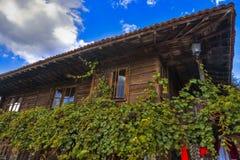 Traditionelles Holzhaus mit Rebe in Zheravna Jeravna, Bulgarien, Europa Lizenzfreie Stockfotografie