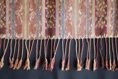 Traditionelles indonesisches und asiatisches Muster auf Gewebe mit Quasten Lizenzfreies Stockbild