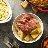 Traditionelles irisches Abendessen mit Corned-Beef und colcannon Stockbilder