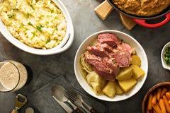 Traditionelles irisches Abendessen mit Corned-Beef und colcannon Stockfotografie