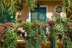 Traditionelles italienisches Haus verziert durch Blumen lizenzfreie stockfotos