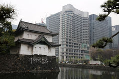Traditionelles japanisches Gebäude und modernes Bürogebäude Lizenzfreies Stockbild