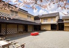Traditionelles japanisches Haus mit den Pflaumenbäumen, die im Frühjahr blühen Lizenzfreie Stockfotos