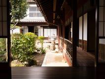 Traditionelles japanisches Haus mit innerem Garten Stockbild