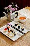 Traditionelles japanisches Lebensmittel machen mit rohen Fischen Stockbild